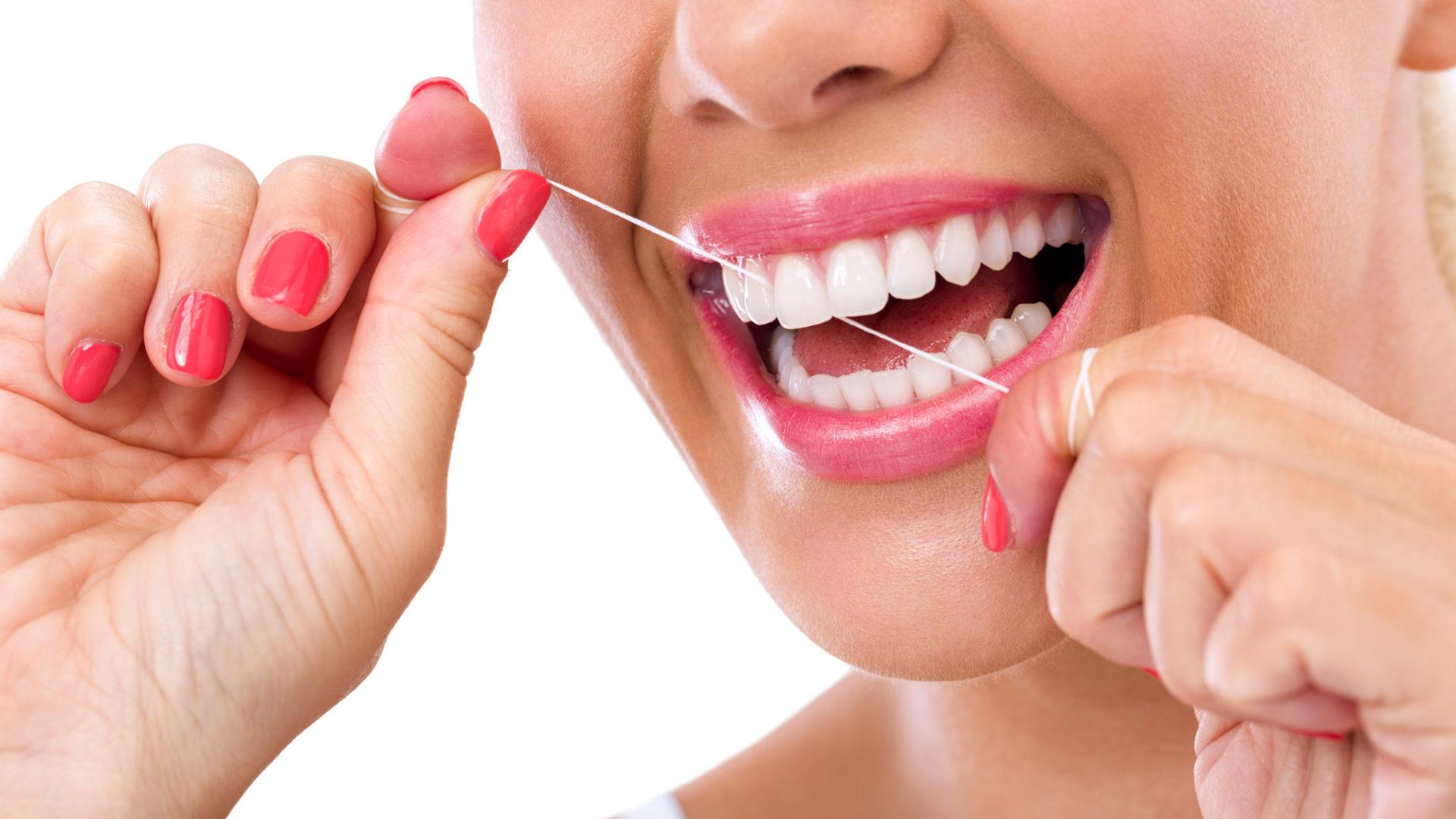 Te enseñamos a usar el hilo dental de manera correcta